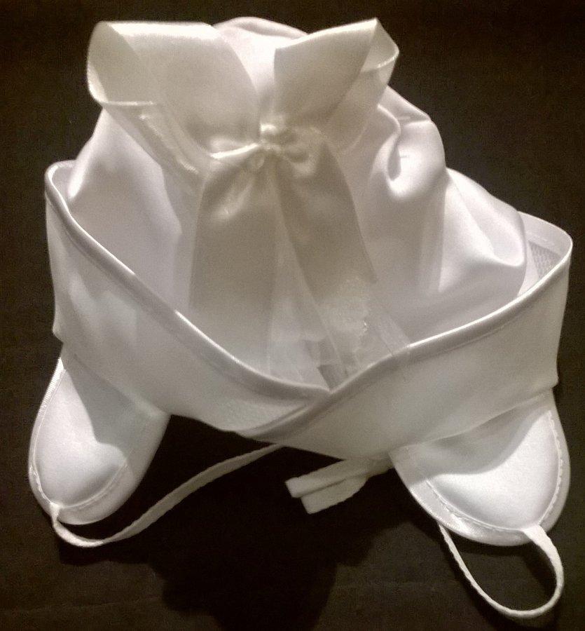 Komplekts : Balta kleita, jaciņa, cepure un somiņa.